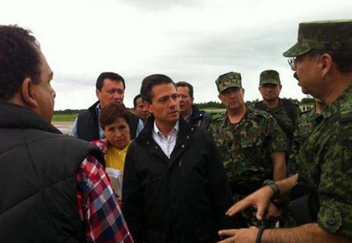 A su arribo al aeropuerto de Pie de la Cuesta, el presidente Peña Nieto fue puesto al tanto de la situación en Acapulco. (Miriam Castillo/MILENIO)