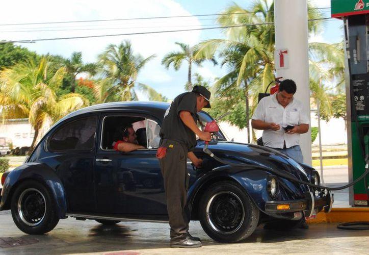 El objetivo de ese desliz en el precio del combustible para automotores es equilibrar las finanzas públicas y reducir la dependencia del exterior. (Tomás Álvarez/SIPSE)