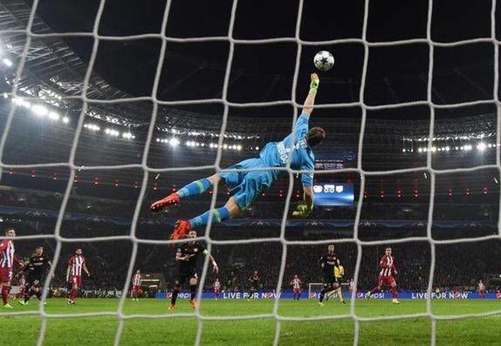 Saúl Ñiguez pateó la pelota bombeada sobre el arquero del Bayer y metió un golazo para abrir el marcador en 4-2 a favor del Atlético de Madrid. (marca.com)