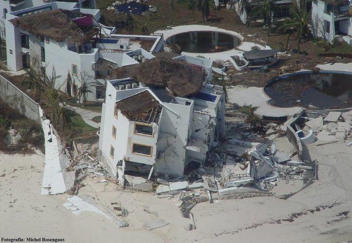 Los vientos dejaron ver lo fuerte de las estructuras de los hoteles y lo débil de sus fachadas. (Archivo/SIPSE)