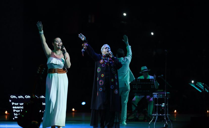 En cada una de las canciones, Eugenia León se mostró entusiasmada y apasionada en el escenario. (Jossy Díaz/SIPSE)