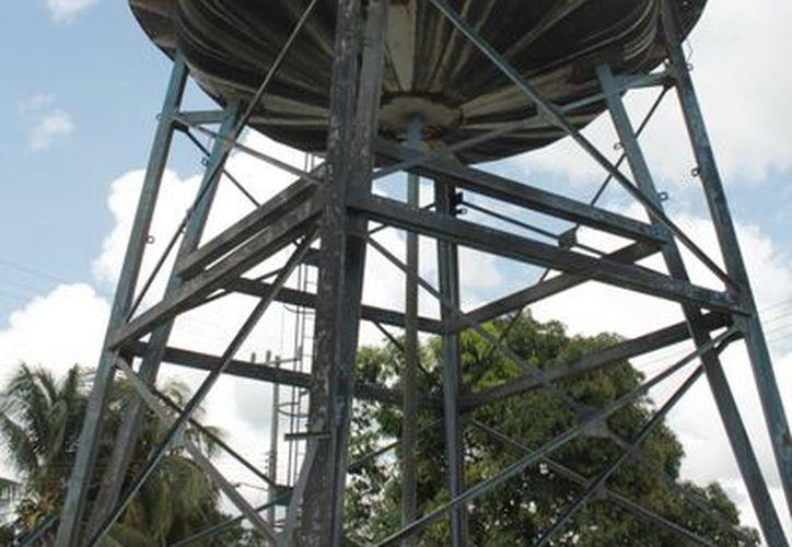 El tanque elevado de agua fue usado para dotar del servicio a los habitantes de la zona. (Edgardo Rodríguez/SIPSE)