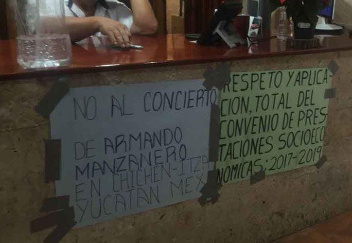 Como protesta, los trabajadores del INAH colocaron lonas y pancartas en las instalaciones. (Joel Zamora/SIPSE)