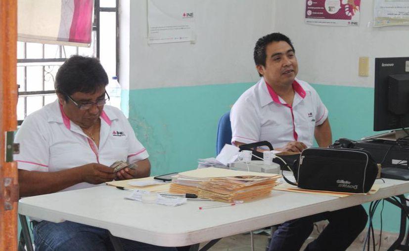 Aquellos que no recojan la mica, no podrán participar en las próximas elecciones. (Ángel Castilla/SIPSE)
