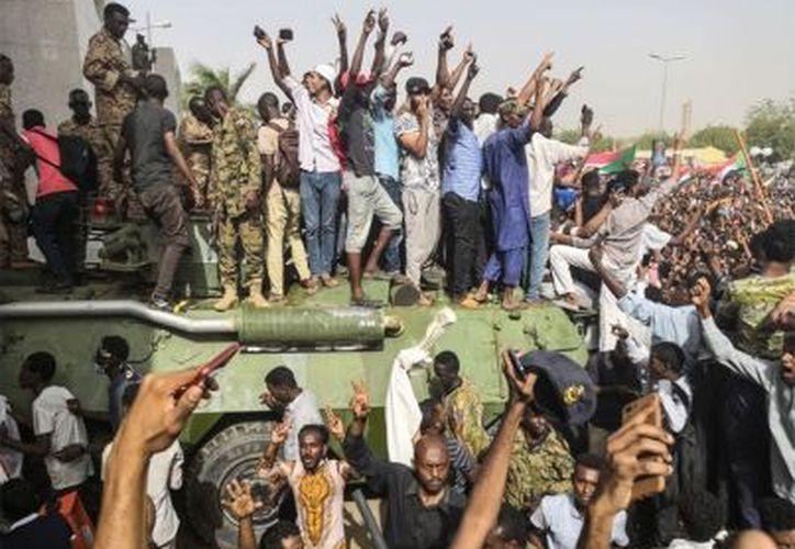 Las protestas en Sudan iniciaron en diciembre pasado contra el elevado costo de vida en el país y luego exigieron la renuncia de al-Bashir. (Foto: Notimex)