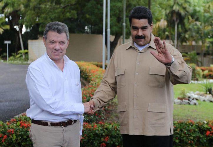 El pasado jueves, los presidentes de Venezuela, Nicolás Maduro, y de Colombia, Juan Manuel Santos, acordaron la reapertura 'gradual y controlada' de la frontera binacional. (Agencias)