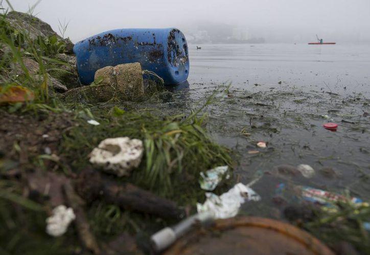 La contaminación en las aguas de Brasil han generado alarma. Imagen del 10 de noviembre de 2015, en la que observa basura que contamina el Lago Rodrigo de Freitas en Río de Janeiro, Brasil. (Agencias)