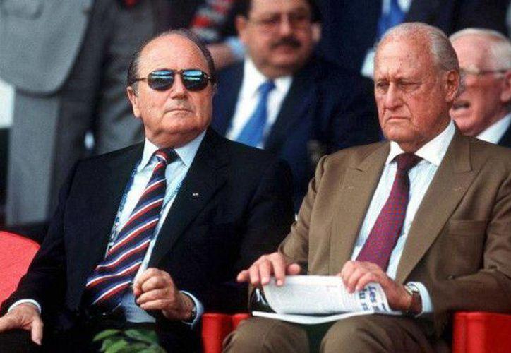 Joao Havelange (d), expresidente de la FIFA, se recuperó de una pulmonía. En la foto, al lado de Joseph Blatter, quien fue su sucesor. (t13.cl)
