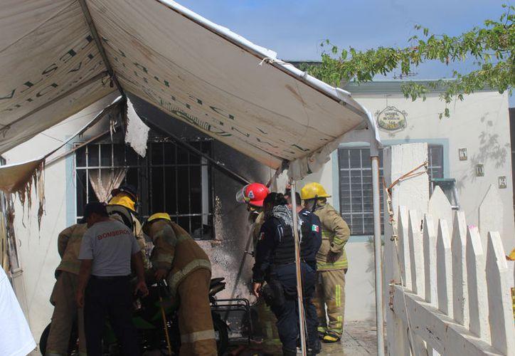 Las llamas acabaron con muebles y parte de una motocicleta en una vivienda del fraccionamiento Las Américas I. (Foto: Redacción)