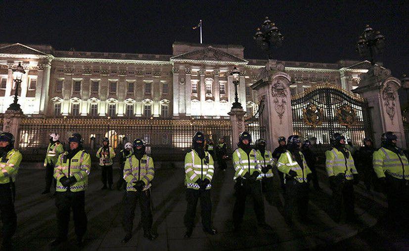 La Policía Metropolitana de Londres anunció que trató un incidente de seguridad ocurrido cerca del Palacio de Buckingham. (Reuters).