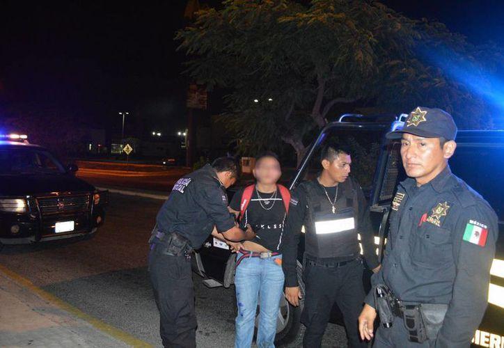 Mientras que la mujer y su esposo huyeron del lugar, el amante fue detenido por la policía. (Carlos Navarrete/Milenio Novedades)