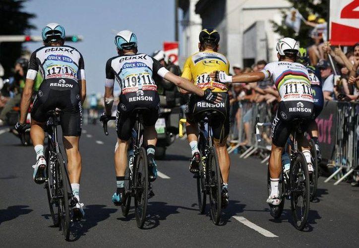 Tony Martin (de amarillo) se fue al suelo en el último kilómetro de la sexta etapa del Tour de Francia y, con el hombro izquierdo dañado, apenas pudo cruzar la línea de meta. (AS)