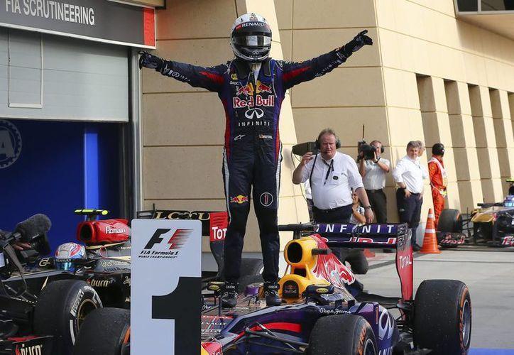 El piloto alemán de Red Bull, Sebastian Vettel, celebra tras ganar el Gran Premio de Baréin. (EFE)