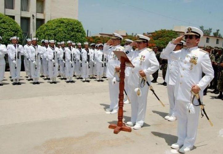 El ahora almirante Juan Ramón Alcalá Pignol, en primer plano, cuando siendo vicealmirante recibió el mando de la IX Zona Naval con sede en Yucalpetén, Yucatán, en julio de 2009. (Archivo/SIPSE)