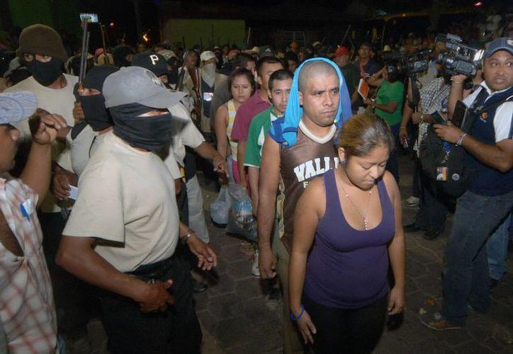 El secretario general de Gobierno, Humberto Salgado Gómez, atestiguó la entrega de 11 detenidos por el Movimiento de Autodefensa Ciudadana a las autoridades federales. (Notimex)