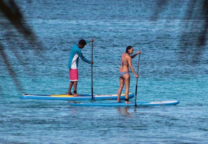El stand up paddle boarding puede ser practicado por personas de todas las edades. (Gustavo Villegas/SIPSE)
