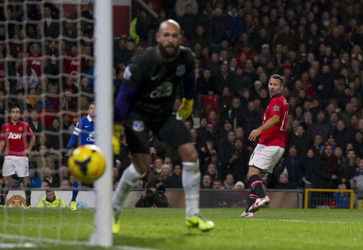 El veterano Ryan Giggs falla una opción de gol frente al arquero del Everton. El Manchester se estancó con 22 puntos en el sitio nueve de la tabla de posiciones de la Liga Premier. (Agencias)