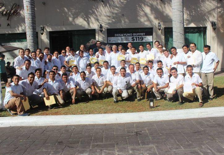 Como se viene realizando desde hace 20 años, se reconoció a lo mejor del arbitraje de fútbol amateur yucateco en la temporada 2014-2015, en evento a cargo de Freddy Sansores Carrillo, delegado de la Delegación Estatal de Árbitros de Yucatán. (SIPSE)