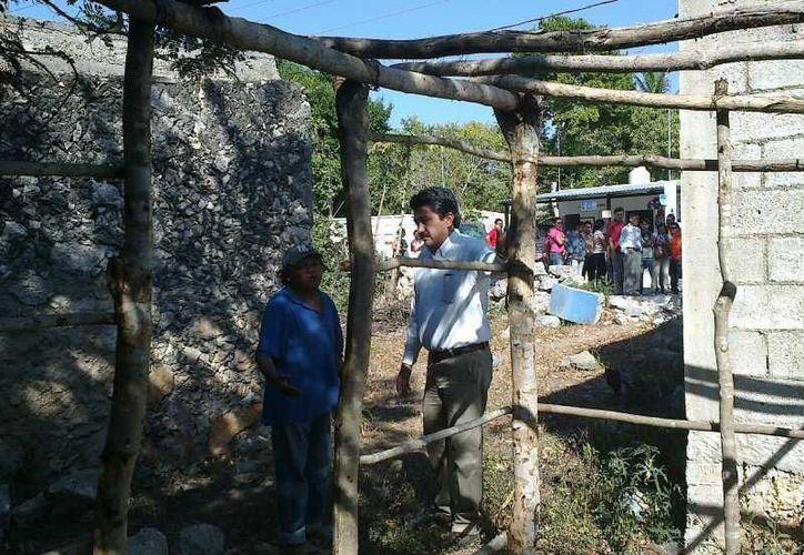 El alcalde de Motul durante su recorrido por San Pedro Chacabal. (SIPSE)