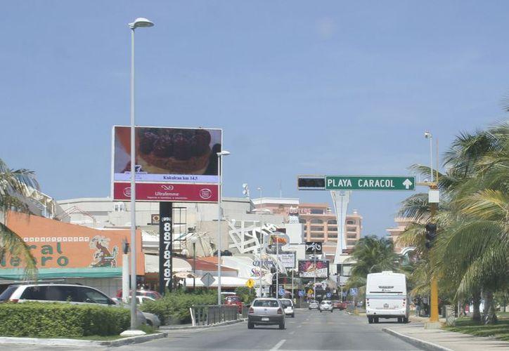 Los grandes anuncios colocados por las empresas dan una mala imagen a la zona hotelera, según el CCEC. (Israel Leal/SIPSE)