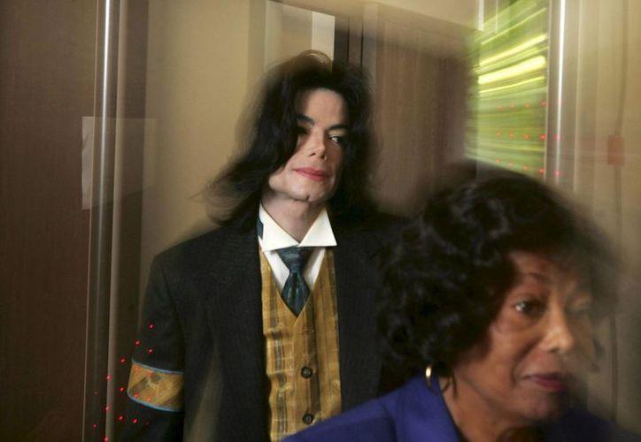 Los últimos cuatro meses de vida de Michael Jackson serán retratados en una serie de tv basada en un libro. (EFE)