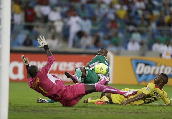 El nigeriano Brown Ideye (c) vence la meta del guardavallas de Malí, Mamadou Samassa. (AP)
