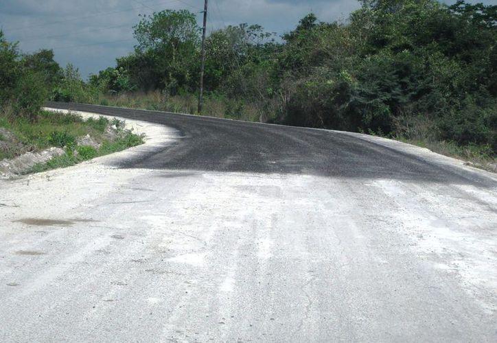 En el tramo se observa claramente cuando termina el pavimento y comienza la gravilla. La empresa abandono la obra hace dos años. (Javier Ortiz/SIPSE)