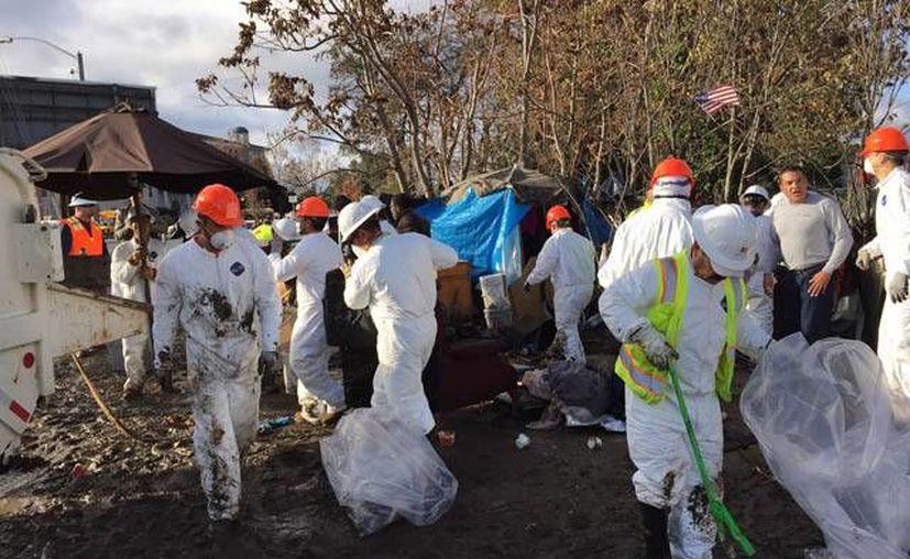 La policía y los servicios sociales en el centro tecnológico del estado de California empezaron el jueves a desalojar el campamento. (LiPo Ching/mercurynews.com)