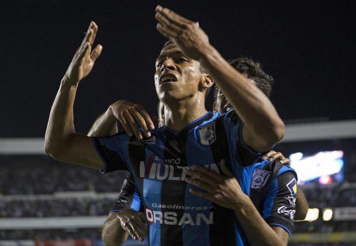 Ángel Sepúlveda, de Gallos Blancos de Querétaro, celebra el gol que anotó a favor de su equipo. (AP)