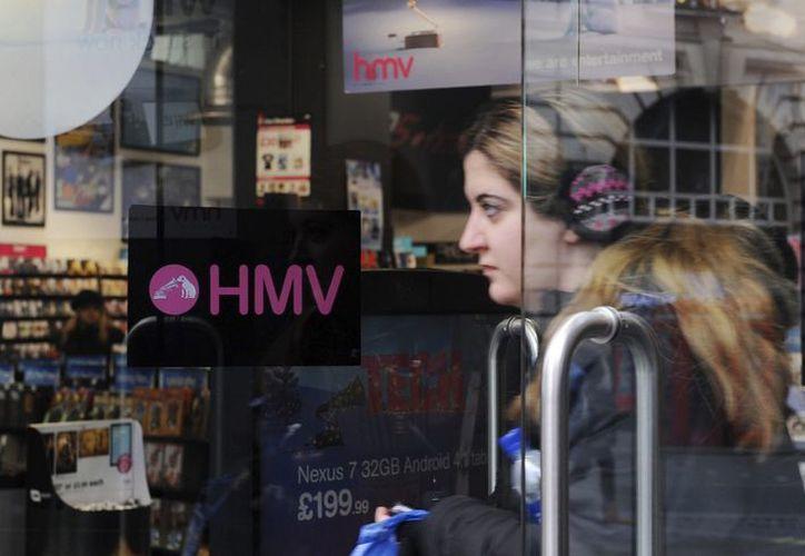 Una cliente abandona una tienda de HMV en Londres. (EFE/Archivo)