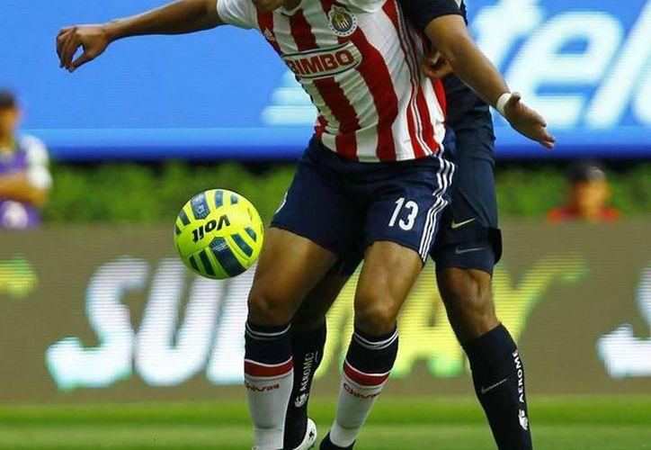 En su torneo de debut con Chivas, el defensa central mexicano Carlos Salcedo ha contribuido a que su equipo sea líder y ya llamó la atención de equipos en Europa, como el PSV. (goal.com)