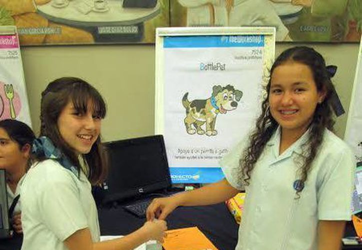 Andrea (i) ideó una máquina que da de comer a perros callejeros. (Milenio Novedades)