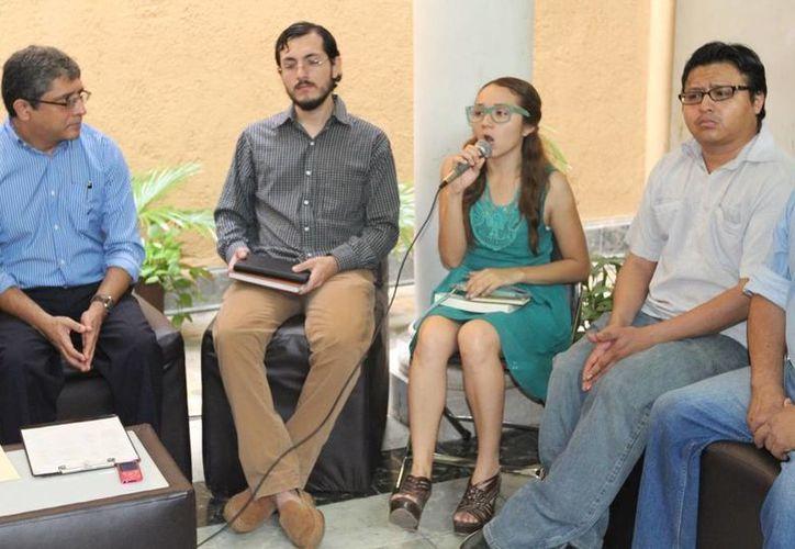 El director de Cultura del Ayuntamiento, Irving Berlín Villafaña, con algunos ganadores del Fondo de Apoyo a la Producción Editorial. (Cortesía)