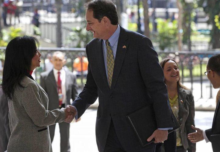 La canciller venezolana Delcy Rodríguez (i) le notificó a Lee McClenny (d), encargado de negocios de EU en Caracas, las medidas que anunció el sábado el presidente Nicolás Maduro respecto a la reducción de diplomáticos. (Foto: AP)