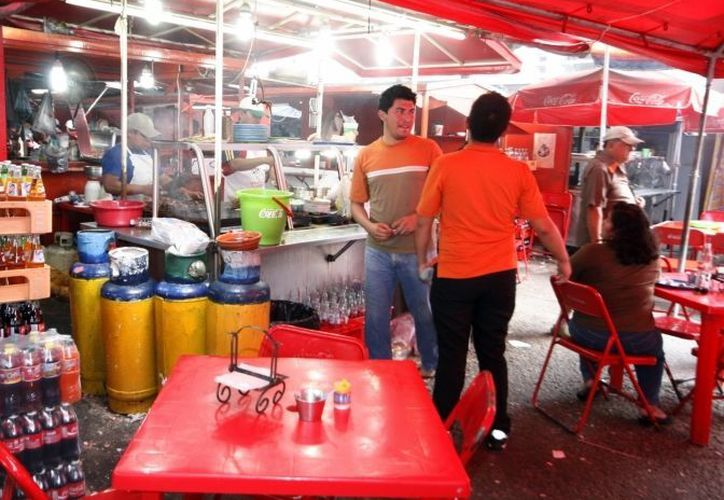 Según la autoridad municipal, lo que se vende muy bien los mercados de Mérida son la ropa, artesanías y comida. (SIPSE/Foto de archivo)