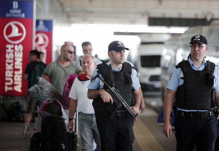 Agentes turcos patrullan las afueras del aeropuerto Ataturk de Estambul, donde se registró un atentado terrorista, el cual dejó decenas de heridos y muertos. (Agencias)