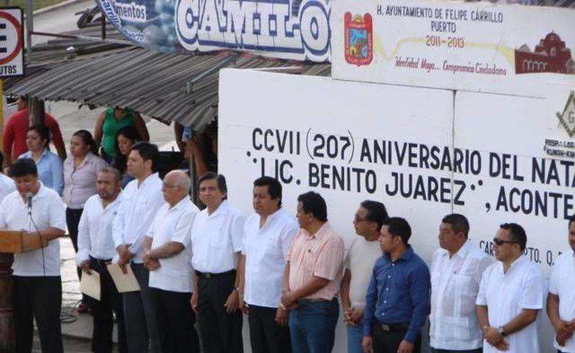 Guardia de honor montada frente a la estatua ubicada contraesquina del mercado que llevan el nombre de Benito Juárez García. (Manuel Salazar/SIPSE)