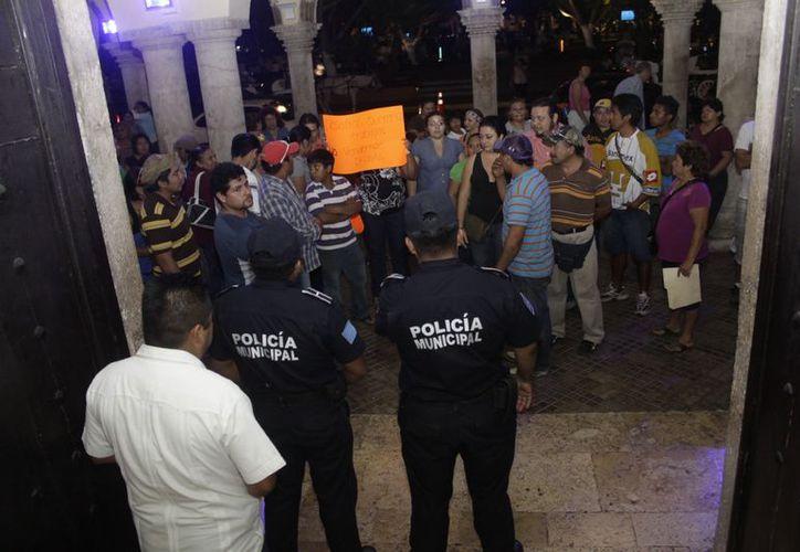 Policías impidieron el paso de los tianguistas. (Christian Ayala/SIPSE)