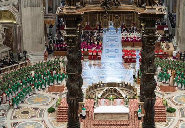 Fotografía distribuida por L' Osservatore Romano que muestra una vista general durante la misa solemne que abrió la III Asamblea General Extraordinaria del Sínodo de obispos sobre la Familia. (EFE)