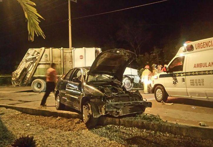 Dos personas fallecieron luego de que el auto en el que viajaban chocara contra un camión recolector de basura, el domingo en Cancún. (Redacción/SIPSE)