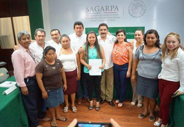 Los beneficiarios de los apoyos a proyectos productivos recibieron de manos de los funcionarios las constancias de aprobación. (Edgardo Rodríguez/SIPSE)