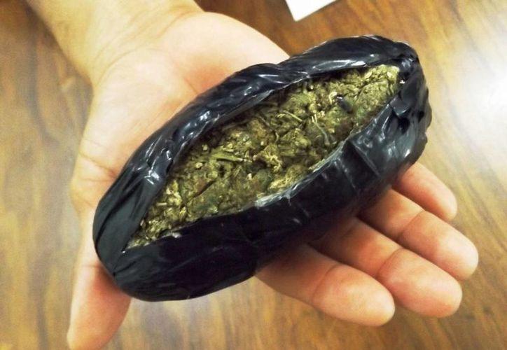 La marihuana estaba envuelta en cinta aislante y era escondida en la ropa interior del niño.  (Daniel Pacheco/SIPSE)