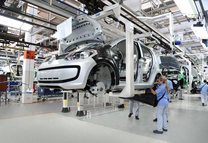 Las exportaciones, el consumo y el sector laboral mantienen a la economía mexicana con un crecimiento balanceado. Imagen de una armadora de vehículos para exportar. (Notimex)