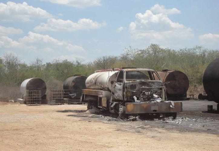 Aunque consumida por el fuego, esta pipa puede aportar datos del dueño del depósito clandestino de aceite en la carretera Umán-Poxilá. (SIPSE)