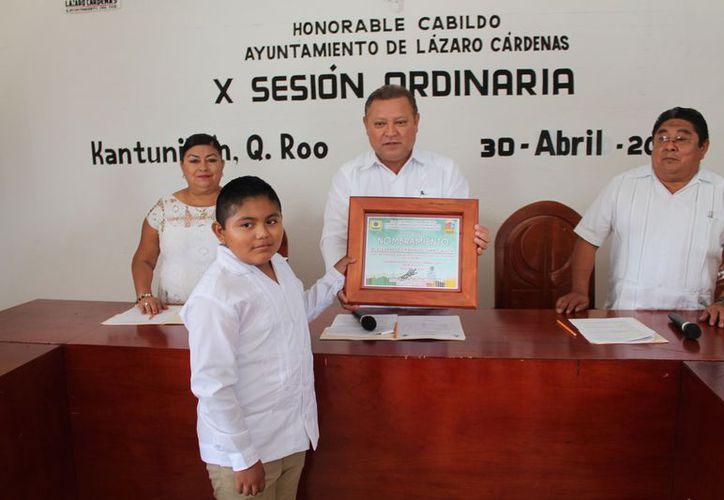 El alcalde entregó al menor la constancia del nombramiento. (Raúl Balam/SIPSE)