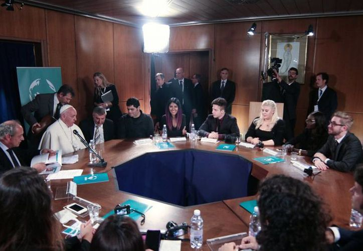 Sentados alrededor de una mesa redonda, los jóvenes plantearon sus interrogantes. En una de las preguntas Jorge Mario Bergoglio recordó su viaje apostólico a México y la misa que celebró en Ciudad Juárez, la frontera con Estados Unidos. (Notimex)