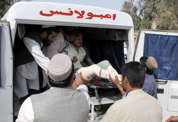 Un hombre herido es trasladado al hospital tras el atentado con bomba en Helmand, Afganistán. (EFE/Archivo)