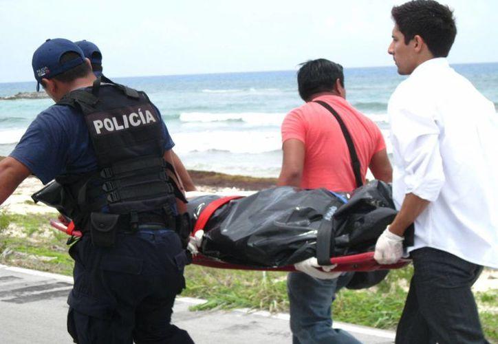 El cuerpo hallado cerca del mar en Cozumel el pasado sábado tiene dos impactos de bala. (Redacción/SIPSE)