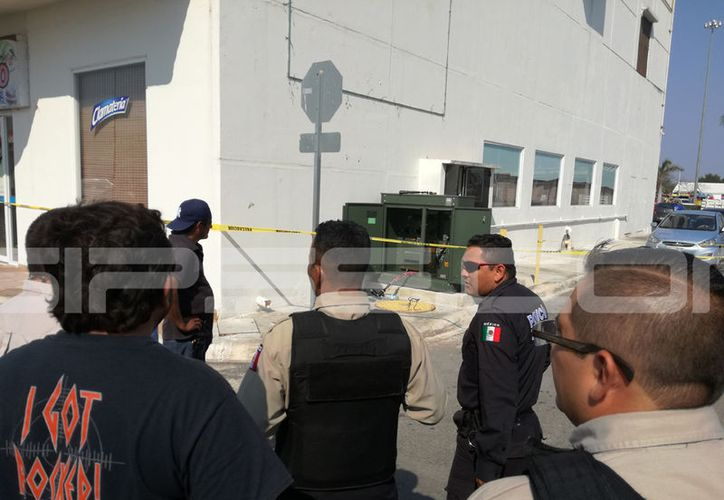 La descarga eléctrica se dio por un transformador ubicado en un local del estacionamiento de esta plaza. (Aldo Pallota/ SIPSE)