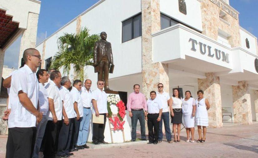 Al término de la ceremonia, las autoridades colocaron una ofrenda floral en el monumento a Benito Juárez. (Cortesía/SIPSE)
